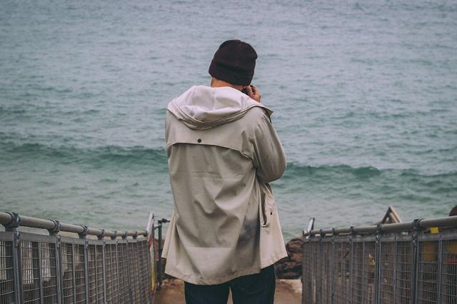 ジャンパーを着た男性